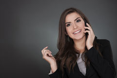 Jovem mulher com telefone móvel Fotografia de Stock