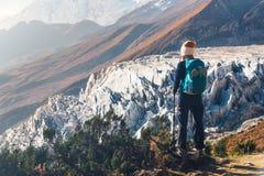 Jovem mulher com a trouxa no pico de montanha Fotografia de Stock