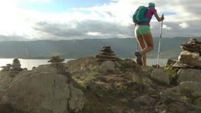 Jovem mulher com trouxa que anda em volta das montanhas e do lago vídeos de arquivo
