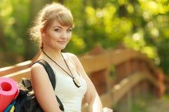 Jovem mulher com a trouxa que caminha na fuga da floresta fotos de stock