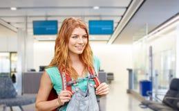 Jovem mulher com a trouxa sobre o terminal de aeroporto fotografia de stock royalty free