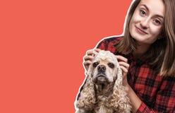 Jovem mulher com um cão imagem de stock