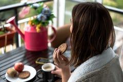 Jovem mulher com um café da manhã da manhã imagem de stock