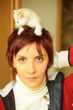 Jovem mulher com um gatinho fotos de stock royalty free