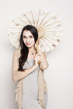 Jovem mulher com um guarda-chuva chinês velho Imagens de Stock Royalty Free