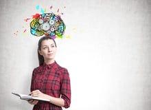 Jovem mulher com um planejador, rodas denteadas do cérebro imagem de stock royalty free