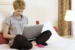 Jovem mulher com um portátil Fotos de Stock Royalty Free