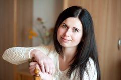 A jovem mulher com um sorriso bonito Imagens de Stock Royalty Free