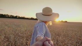 A jovem mulher com um sorriso conduz pela mão no campo Vídeo do POV filme