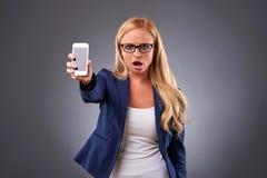 Jovem mulher com um telefone foto de stock royalty free