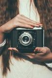 Jovem mulher com uma câmera retro Fotografia de Stock