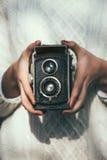 Jovem mulher com uma câmera retro Imagens de Stock Royalty Free