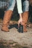 Jovem mulher com uma câmera retro Foto de Stock