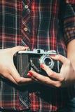 Jovem mulher com uma câmera retro Foto de Stock Royalty Free