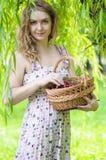 Jovem mulher com uma cesta das cerejas Fotografia de Stock Royalty Free