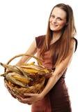 Jovem mulher com uma cesta do milho Imagens de Stock Royalty Free
