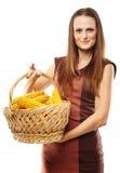 Jovem mulher com uma cesta do milho Imagens de Stock