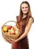 Jovem mulher com uma cesta dos frutos Imagem de Stock