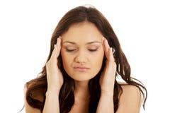 Jovem mulher com uma dor de cabeça Fotografia de Stock Royalty Free