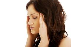 Jovem mulher com uma dor de cabeça Fotos de Stock Royalty Free