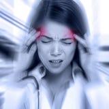 Jovem mulher com uma dor de cabeça do martelamento Imagens de Stock