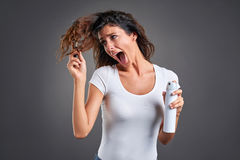 Jovem mulher com uma escova de cabelo fotografia de stock royalty free