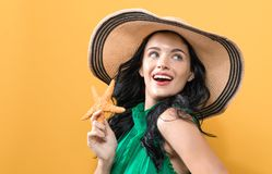Jovem mulher com uma estrela do mar foto de stock royalty free