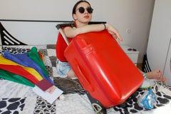 Jovem mulher com uma mala de viagem vermelha, viagens e recreação, turismo Menina e uma mala de viagem turista fêmea bonito com m Fotos de Stock Royalty Free
