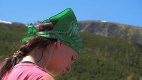 Jovem mulher com uma manta em um lenço verde nos Carpathians no slo-mo video estoque