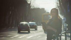 Jovem mulher com uma tabuleta na rua pm vídeos de arquivo