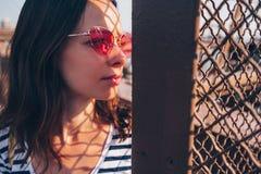 Jovem mulher com uns vidros vermelhos fora imagem de stock royalty free