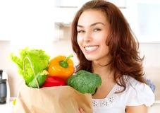 Jovem mulher com vegetais Fotos de Stock Royalty Free