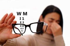 Jovem mulher com vidros - desordem da visão fotos de stock royalty free