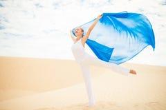 Jovem mulher com voo do lenço azul Fotos de Stock