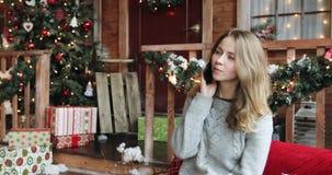 A jovem mulher comemora o Natal video estoque