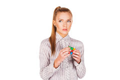 Jovem mulher concentrada resolvendo o cubo do Rubik imagem de stock royalty free