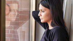 Jovem mulher consideravelmente deprimida pensativa, olhando para baixo video estoque