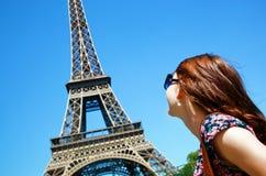 Jovem mulher contra a torre Eiffel, Paris, França Fotografia de Stock Royalty Free