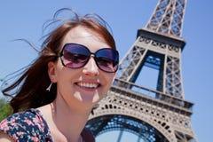 Jovem mulher contra a torre Eiffel, Paris, França Fotos de Stock Royalty Free