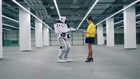 A jovem mulher controla um droid, usando uma tabuleta filme