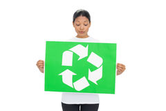 Jovem mulher curiosa que guardara o recicl do sinal Fotografia de Stock Royalty Free