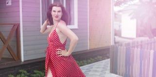 Jovem mulher da bandeira do surrealismo que anda no sorriso feliz da alegria da rua fotos de stock royalty free