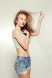 Jovem mulher da beleza com cabelo grande e longo encaracolado Foto de Stock Royalty Free