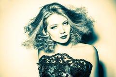Jovem mulher da beleza com cabelo permed grande e longo encaracolado Fotos de Stock