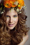 A jovem mulher da beleza com flores e compõe Imagem de Stock Royalty Free