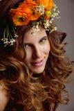 A jovem mulher da beleza com flores e compõe fotos de stock royalty free