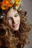 A jovem mulher da beleza com flores e compõe perto Foto de Stock Royalty Free