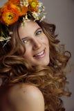 A jovem mulher da beleza com flores e compõe perto imagens de stock