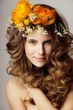 A jovem mulher da beleza com flores e compõe perto acima, sprin real Imagens de Stock