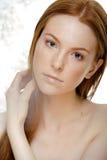 Jovem mulher da beleza com o cabelo vermelho do voo, engraçado Fotografia de Stock Royalty Free